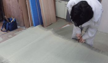 寸法に合わせて畳床を切る